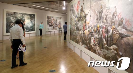 지난 9월7일부터 11월11일까지 개최된 2018 광주비엔날레에서 국립아시아문화전당 문화창조원 6관에 전시됐던 북한 미술작품들. /사진=뉴스1