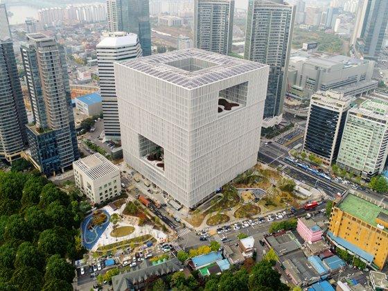 세계적인 건축가 데이비드 치퍼필드가 설계한 아모레퍼시픽 신사옥. 지난 5월 이곳 지하 1층에 아모레퍼시픽미술관이 개관했다./사진제공=아모레퍼시픽