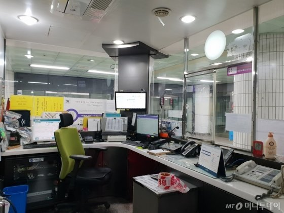이달 19일 오후 7시쯤 찾은 서울 행당역 안내부스는 텅 비어 있었다. 부스 안에서 혼자 일하던 역무원이 승객 민원 처리를 위해 자리를 비웠기 때문이다. /사진=이영민 기자