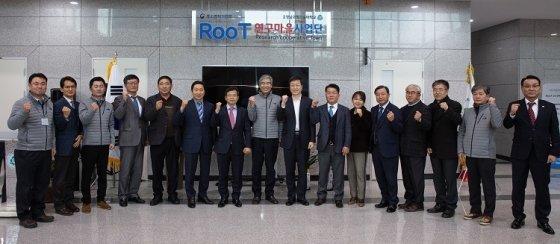 지난 12월 12일 열린 RooT 연구마을 입촌식에서 참석자들이 기념촬영을 하고 있다.