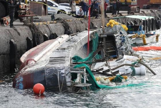 제주 한림항에서 제주해경에 의해 203현진호(40톤)가 인양되고 있다./사진=뉴스1
