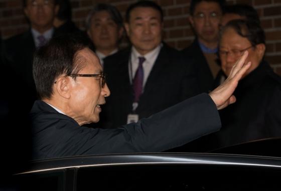 뇌물수수 등의 혐의로 구속영장이 발부된 이명박 전 대통령이 22일 밤 서울 강남구 논현동 자택을 나서 검찰 차량에 오르고 있다./사진=뉴스1
