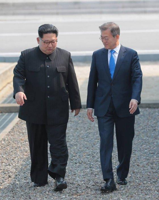 2018 남북정상회담이 열린 4월27일 오전 문재인 대통령과 김정은 북한 국무위원장이 판문점에서 만나 걸어내려오고 있다. /사진=뉴시스