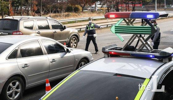 지난해 12월 2일 오전 서울 서초 IC 인근에서 경찰이 전좌석 안전띠 미착용 단속을 하고 있다.   경찰청은 12월1일부터 31일까지 1개월 동안 모든 도로에서 전 좌석 안전띠 착용과 자전거 음주운전에 대해 특별단속을 한다. 단속은 사고다발지점과 고속도로IC 및 자동차전용도로 진출입로에서 전개하며, 주.야간 음주단속 때에는 안전띠 착용 단속도 병행한다. / 사진제공=뉴스1