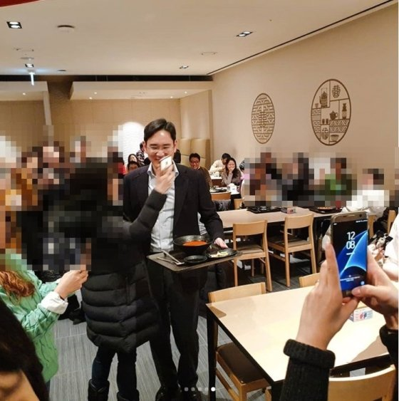 이재용 삼성전자 부회장이 3일 수원사업장 사내식당에서 임직원들과 식사를 한 뒤 직원들과 사진을 찍고 있다. /출처=인스타그램