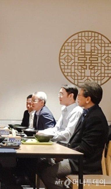 이재용 삼성전자 부회장(왼쪽에서 두번째)이 3일 수원사업장 5G 네크워크 통신장비 생산라인 가동식에 참석한 뒤 사내식당에서 임직원들과 식사를 하고 있다. /출처=인스타그램