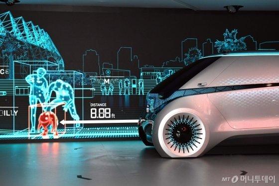 현대모비스가 8일(현지시간)부터 미국 라스베가스에서 열리는 세계 최대 전자·IT쇼 'CES 2019'에서 레벨4 수준의 완전자율주행을 구현하는 컨셉트카 'M.VISION(엠비전)'을 공개했다./사진=현대모비스<br />