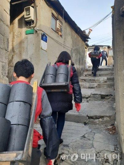 지난달 20일 서울 노원구 중계본동 백사마을에 봉사자들이 연탄 나르기 봉사를 했다. 백사마을 1031가구 가운데 418가구가 연탄 난방을 한다./사진=이해진 기자