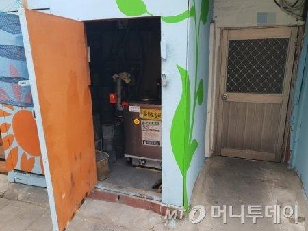 서울 영등포구 쪽방촌에 사는 윤모씨(78)는 4년전 멀쩡한 기름보일러를 뜯어 연탄보일러로 바꿨다. 기부가 연탄으로만 몰려 난방비를 감당할 수 없어서다. 사진은 윤씨가 교체한 연탄보일러/사진=이해진 기자