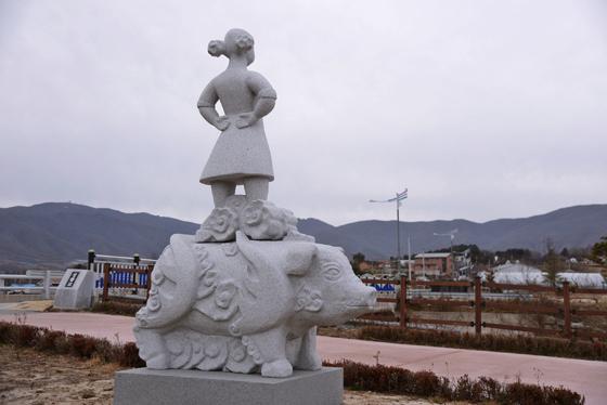 강원 양구군 해안면에 있는 돼지 전설을 소재로 한 동상. /사진제공=한국관광공사