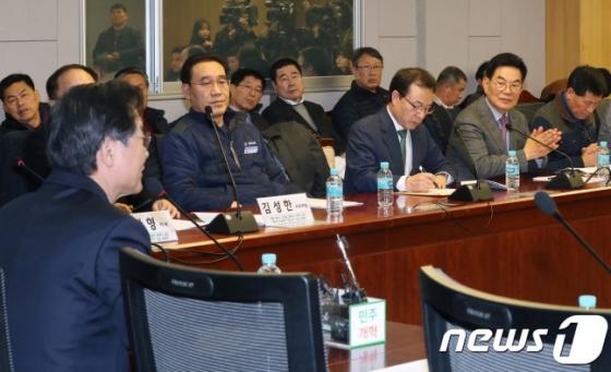 택시단체 관계자들이 8일 서울 여의도 국회의원회관에서 민주평화당 주최로 열린 '카카오 카풀 도입과 택시생존권 확보방안 긴급토론회'에 참석했다. 이날 토론회는 카카오모빌리티 불참 속에 이뤄졌다. /사진=뉴스1