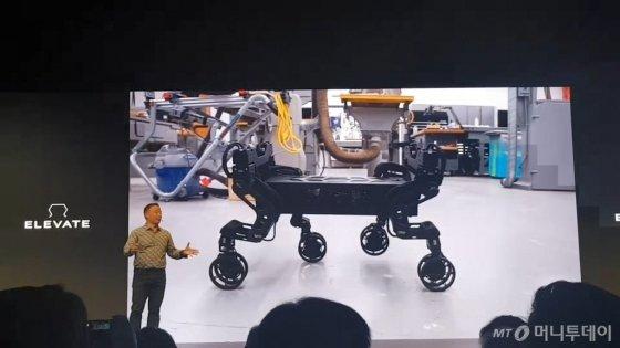 존 서 현대크래들 상무가 로보틱스와 전기차 원리가 결합된 '엘리베이트'의 시연 동영상을 보여주고 있다. /사진=황시영 기자