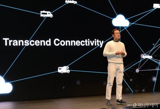 현대차 ICT본부장 서정식 전무가 7일(현지시간) 미국 라스베이거스 만달레이베이 호텔에서 열린 CES 컨퍼런스에서 커넥티드카 전략인 '연결의초월성(Transcend Connectivity)'에 대해 발표하고 있다./사진제공=현대차