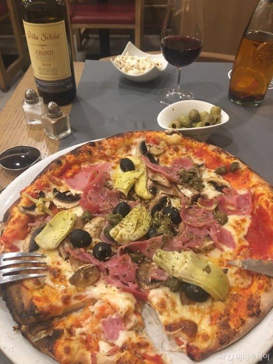 프랑스 파리 마레지구 인근 피제리아 모모에서 맛본 피자. 피자 이름은 사계절 피자다. 이름 그대로 사계절에 맞는 재료들을 넣은 피자다. 사진=김경환