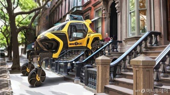 현대차 '엘리베이트' 콘셉트카가 보행취약계층의 이동을 돕고 있는 이미지 사진./사진=현대차