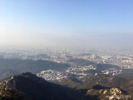 10일 오후 관악산 미세먼지관측소(해발 630m)에서 바라본 서울 전경. 상층부는 파랗지만 하층부는 미세먼지가 정체돼 있어 뿌옇다./사진=남형도 기자