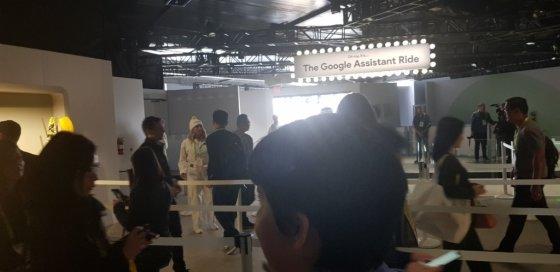 구글은 올해 CES에서 '구글 어시스턴트 라이드'라는 롤러코스터 같은 체험 프로그램을 마련했다. CES 참석자들이 '구글 어시스턴트 라이드'를 타기 위해 줄서서 가는 모습./사진=황시영 기자