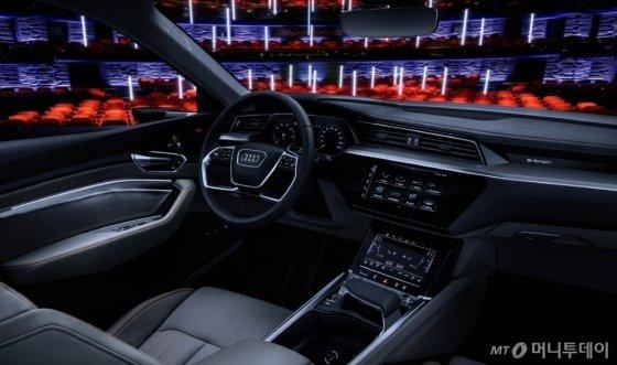 아우디는 이번 CES에서 디즈니와 협업을 발표했다. 아우디 차량 뒷좌석에 앉은 승객은 가상현실(VR) 안경을 이용해 '마블 어벤저스: 로켓 레스큐 런'을 실제 차량 움직임과 함께 실감나게 경험할 수 있다.