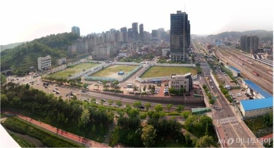 2013년 서울시가 롯데쇼핑에 매각한 이후 6년째 공터로 남아있는 상암 롯데몰 부지. 현재 잡초만 무성한 채 가림막에 둘러쌓여있다. /사진=머니투데이