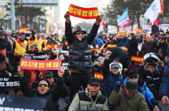 택시업계 종사자들이 지난해 12월 20일 서울 여의도 국회 앞에서 카풀 반대 집회를 진행하고 있다.