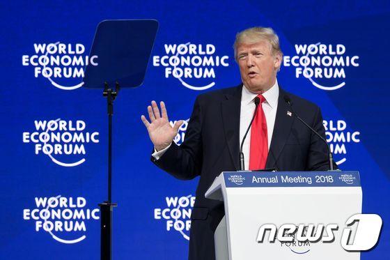 도널드 트럼프 미국 US President Donald Trump delivers a speech during the World Economic Forum (WEF) annual meeting on January 26, 2018 in Davos, eastern Switzerland. / AFP PHOTO / Fabrice COFFRINI © AFP=뉴스1