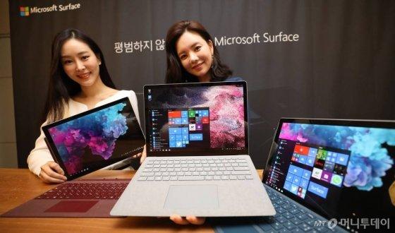 '서피스 프로 6'과 '서피스 랩탑 2' 출시 기자간담회가 열린 10일 오전 서울 종로구 한국마이크로소프트 광화문 사옥에서 모델들이 제품을 소개하고 있다. /사진=뉴시스