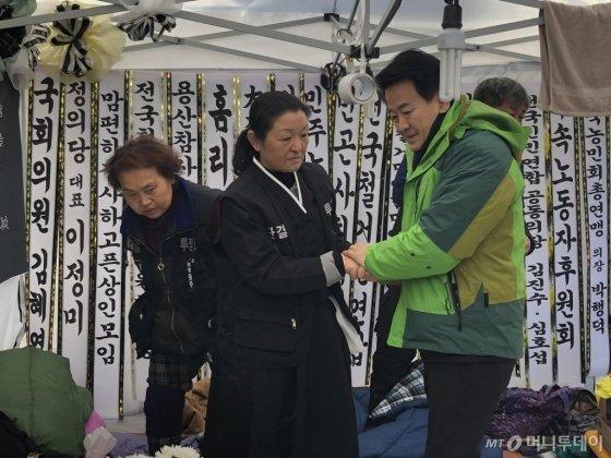 정동영(오른쪽) 민주평화당 대표가 지난해 12월 14일 오후 서울 마포구 아현2구역 철거민 고 박준경씨의 합동분향소에서 유가족을 위로하고 있다. /사진제공=뉴시스