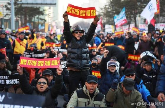 '카카오 카풀' 서비스 시행에 반대하는 전국 택시업계 노동자들이 지난달 20일 오후 서울 여의도 국회의사당 앞에서 총파업 집회를 하고 있다./사진=이동훈 기자