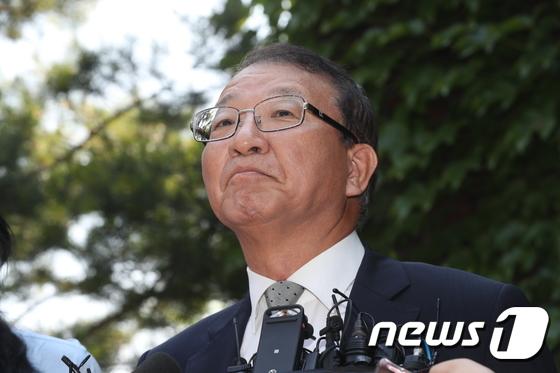 양승태 전 대법원장이 지난해 6월 경기도 성남시 자택 인근에서 '재판거래 의혹' 관련 입장을 발표하고 있다. 2018.6.1/뉴스1 © News1 박세연 기자