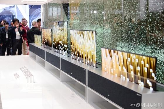 LG전자가 현지시간 8일부터 미국 라스베이거스에서 열린 'CES 2019' 전시회에서 세계 최초 롤러블 올레드 TV인 'LG 시그니처 올레드 TV R'을 공개해 관람객들의 이목을 집중시켰다. /사진=LG전자 제공