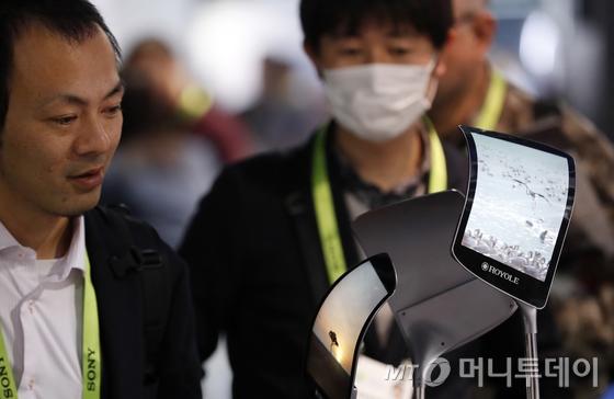9일(현지시간) 미국 라스베이거스 컨벤션센터에서 열린 'CES 2019'를 찾은 관람객들이 중국 스타트업 로욜전시관에서 플렉시블 디스플레이를 활용한 제품들을 살펴보고 있다. /사진=뉴스1