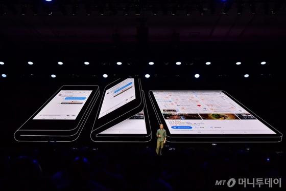 삼성전자가 개발 중인 폴더블폰 디스플레이. /사진제공=삼성전자