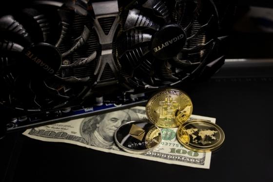 달러화와 가상화폐가 함께 놓인 모습을 묘사한 사진. /사진제공=pixabay