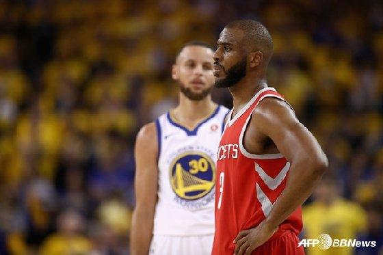 미국프로농구(NBA) 골든스테이트 워리어스의 스테픈 커리와 휴스턴 로켓츠의 크리스 폴(오른쪽). / 사진=AFPBBNews=뉴스1