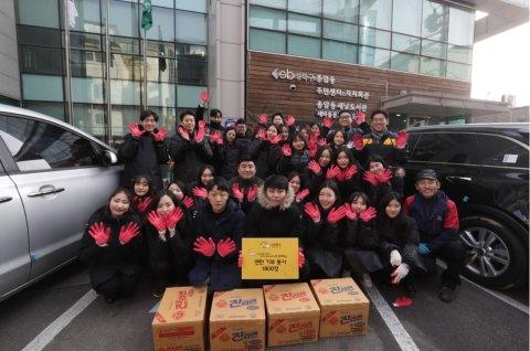 ㈜노랑풍선 '사랑의 연탄 나눔 운동' 후 2019 신입사원 단체촬영/사진제공=노랑풍선