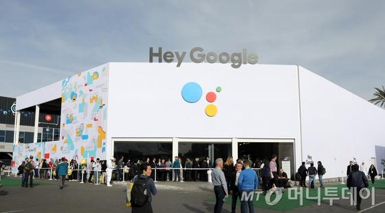 8일(현지시간) 미국 네바다주 라스베이거스 컨벤션센터에서 열린 '2019 국제전자제품박람회(CES)'를 찾은 관람객들이 구글 부스 관람을 위해 줄 서 있다. /사진=뉴스1