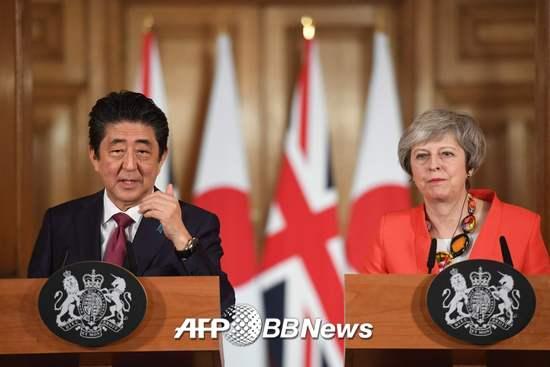 10일(현지시간) 아베 신조 총리(왼쪽)가 테리사 메이 영국 총리와 영국 런던에서 공동기자회견을 열고 있다. /AFPBBNews=뉴스1