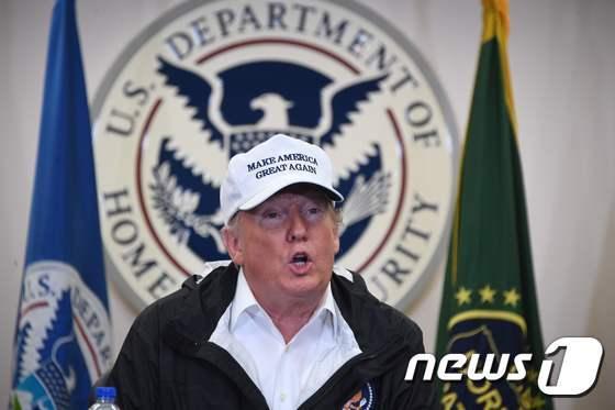 도널드 트럼프 미국 대통령이 10일(현지시간) 텍사스 주 매캘런의 멕시코 국경초소를 방문해 발언을 하고 있다. © AFP=뉴스1 © News1 우동명 기자