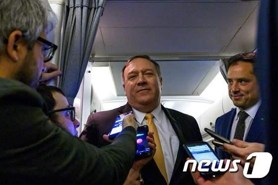 마이크 폼페이오 미국 국무장관(가운데) ⓒAFP=뉴스1