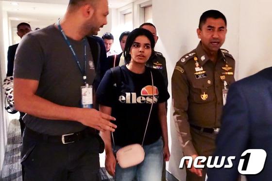 사우디아라비아를 탈출한 10대 여성 라하프 무함마드 알 쿠눈(가운데> ⓒAFP=뉴스1