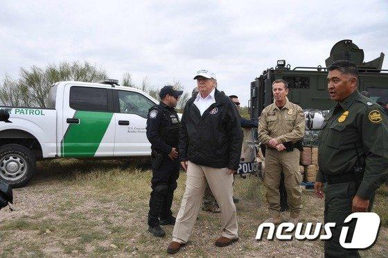 미 텍사스주 매캘런의 국경초소를 찾은 도널드 트럼프 미국 대통령의 모습(왼쪽에서 두 번째) <자료사진> ⓒAFP=뉴스1