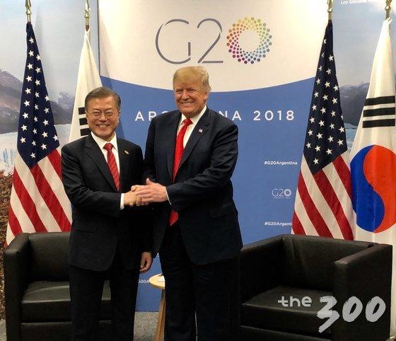 문재인 대통령과 도널드 트럼프 미국 대통령이 30일(현지시간) G20 정상회의가 열리는 아르헨티나 부에노스아이레스 코스타 살게로 센터에서 양자회담에 앞서 악수하고 있다. (백악관 트위터) 2018.12.1/뉴스1