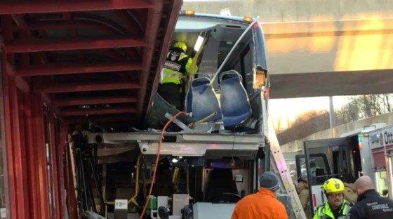 캐나다 오타와에서 발생한 버스-버스정류장 추돌사고 현장.(출처 = 트위터) © News1