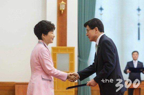 박근혜 대통령이 18일 청와대에서 황교안 신임 국무총리에게 임명장을 수여한 뒤 악수하고 있다. (청와대 제공) 2015.6.18/뉴스1