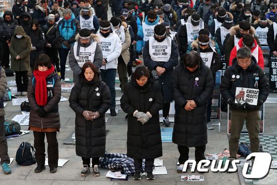 [사진] 묵념하는 추모제 참석자들