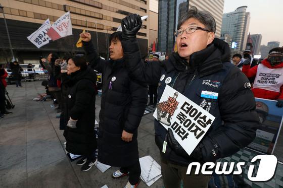 [사진] 구호 외치는 범국민 추모제 참석자들