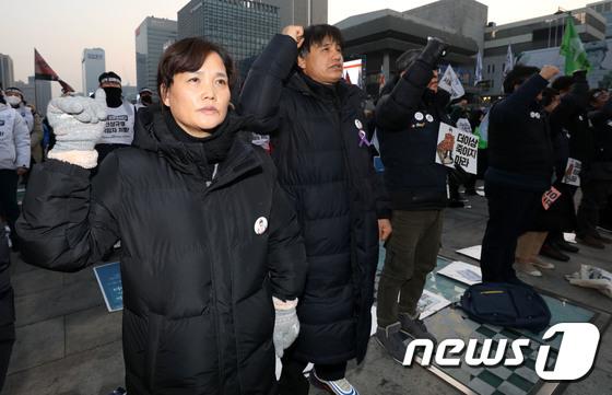 [사진] 구호 외치는 고 김용균씨 어머니 김미숙씨