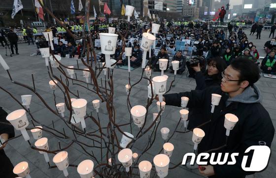 [사진] 촛불 밝히는 고 김용균 추모제