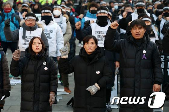 [사진] 구호 외치는 고 김용균씨 어머니