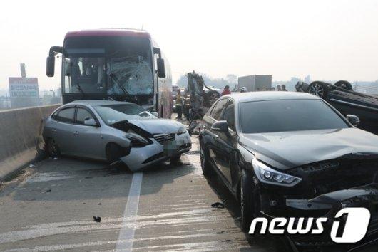 12일 오후 12시 30분쯤 중부고속도로 상행선 진천나들목 인근에서 고속버스 등 차량 10대가 연쇄 추돌했다./사진=충북소방본부 제공, 뉴스1<br>